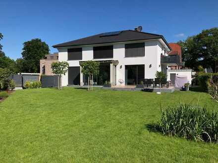 Stilvolle, neuwertige 4-Zimmer-Dachgeschosswohnung mit hohen Decken 105 + 25 qm - vielfältige Mögl.