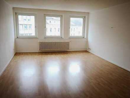 Großzügig geschnittene 2-Zimmer-Wohnung   Zentrale Lage   Wannenbad mit Fenster