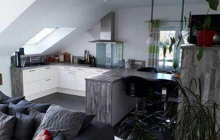 Stilvolle, neuwertige 3-Zimmer-DG-Wohnung mit großem Südbalkon und Einbauküche