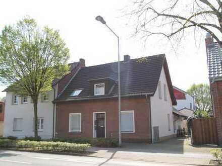 Zweifamilienhaus mit Anbau und Garten - Wohnung im OG vermietet