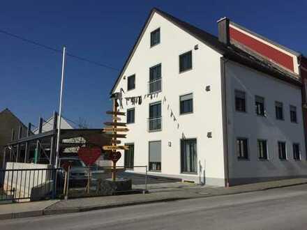 Helle und großzügige Neubauwohnung im Ortszentrum von Burgheim