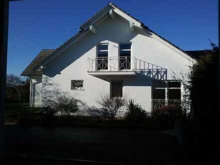 Luxuriöse 4-ZKB-Wohnung im DG mit Balkon und Gartenanteil in Königsbrunn - Pool auf Anfrage
