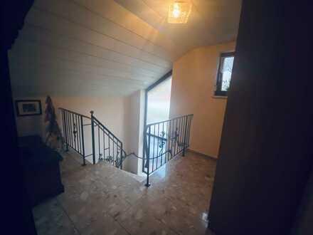 Gepflegte 2,5-Zimmer-Dachgeschosswohnung mit Balkon und Einbauküche in Manching