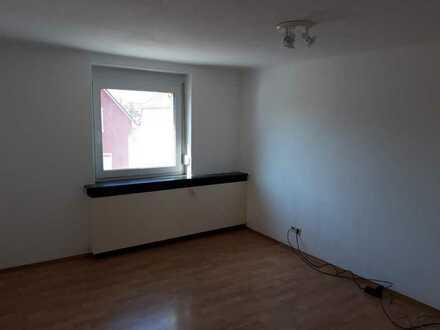 Ein Zimmer(15 qm) in einer drei-Zimmer-Wohnung.