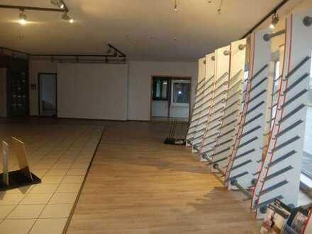 18_VH2148 Schöne, helle Ausstellungsfläche mit großer Schaufensterfront / Größerer Ort ca. 35 km ...