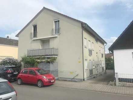 Helle, geräumige und modernisierte 4-Zimmer-Wohnung im DG eines 5-Fam.-Hauses mit Balkon!