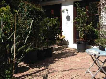 Stilvolle, gepflegte 2,5-Zimmer-Wohnung mit Balkon und Einbauküche sowie kompletter Moeblierung.