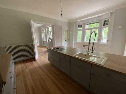 Juwel: Herrschaftliche 4-Zimmerwohnung in Villa am Rhein, 155 m², Dachterrasse, inkl. Küche
