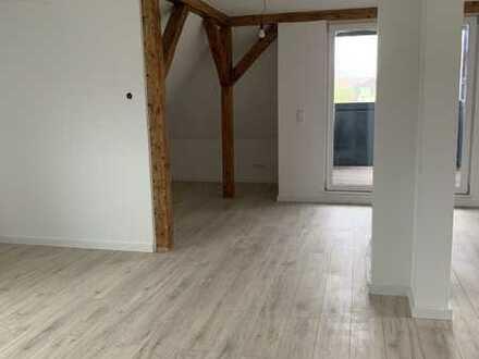Top sanierte Dachgeschosswohnung mit Balkon / WG geeignet!!