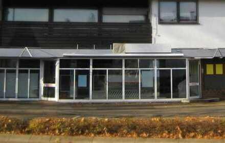 Sie sind auf der Suche nach einer attraktiven Ladenfläche mit großer Schaufensterfront?
