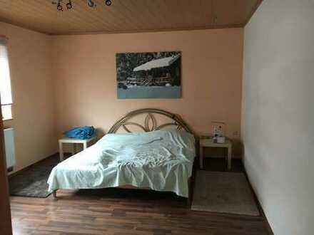 Günstige, gepflegte 2-Zimmer-Wohnung im ersten OG. mitFreisitz in Mellenbach-Glasbach