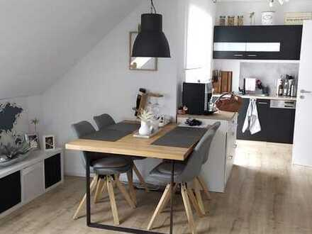 Neuwertige und moderne 2-Zi-Wohnung mit Ladestation für Elektroautos, Dachterrasse und Balkon