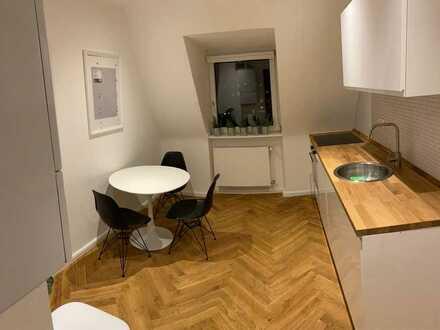 Schickes WG-Zimmer in frisch sanierter & möblierter DG-Wohnung