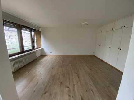 Schöne Einzimmer Wohnung mit Einbauküchen und Balkon