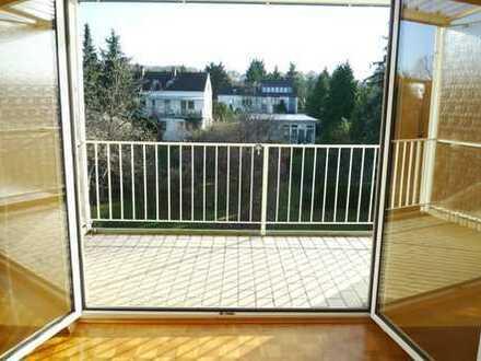 Bezaubernde Dachgeschoss-Wohnung, umgeben von großen, grünen Gärten, 3 Zi. + Südbalk. in 3-Fam.-Haus