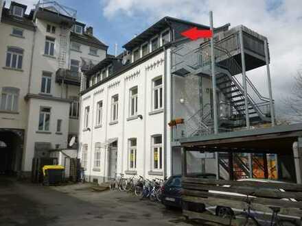 Helle 2-Zimmer im Dachgeschoss in zentraler Lage! Ruhig gelegen im Anbau!