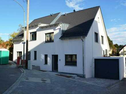 Pfaffenh.! Doppelhaushälfte mit Fußbodenhzg. u. elektrischen Rollläd. in ruhiger und zentraler Lage!