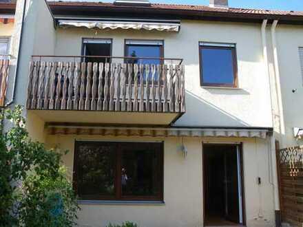 Modern konzipiertes Einfamilien-Reihenhaus mit Garage und sonnigem Garten in sehr ruhiger Vorortlage