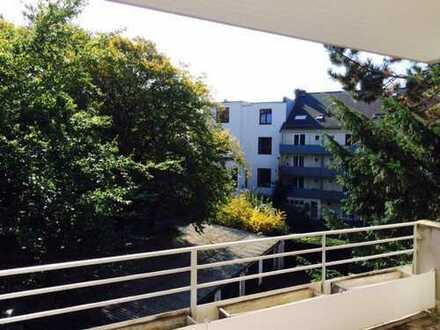 Stilvolle 2-ZKB Wohnung mit Balkon, imposantes Wohnzimmer, neues Massivholzparkett und TOP Miele-EBK