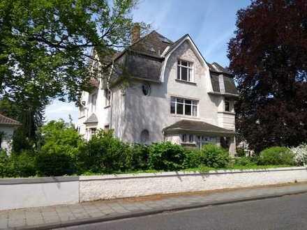 Best-Lage City Ost: DG-Wohnung mit Blick auf Wi in Jugendstil-Villa