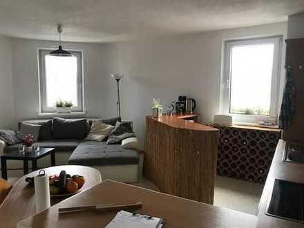 WG-geeignete, geräumige und lichtdurchflutete Wohnung im Herzen Bayreuths zu vermieten.