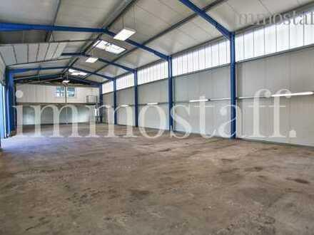 VIELSEITIG! Halle mit drei großen Sektionaltoren, Büroräumen & 800 m² Außenfläche zu vermieten.