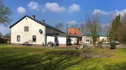 Hofanlage mit 4 Wohnungen, Gewerbe- und Nebenflächen & 6,6 ha Grünland