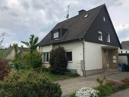 Vollständig renovierte 3-Raum-Hochparterre-Wohnung mit Balkon in Leverkusen