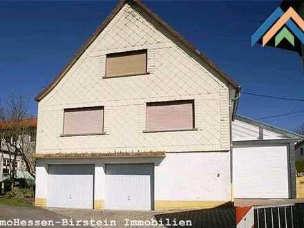 Einfamilienhaus mit Garten und Garage.
