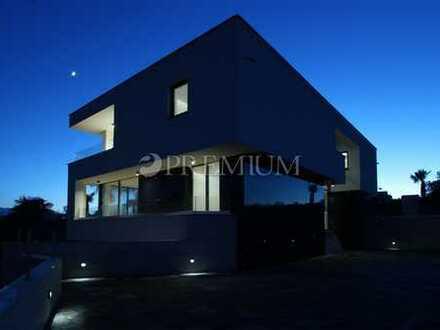 Krk, moderne 54 m2 Wohnung zum Verkauf im zweiten Stock einer Luxusvilla !!