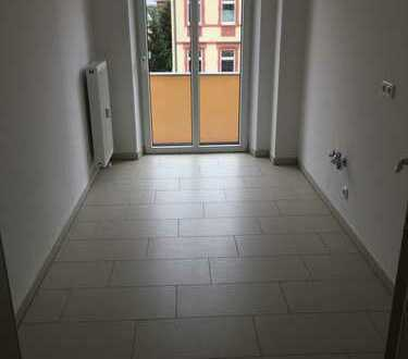 Aufzug! Neu sanierte 2 Zimmer-DG-Wohnung mit Balkon!