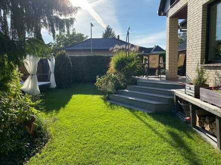 Doppelhaushälfte auf drei Etagen und mit großem Garten