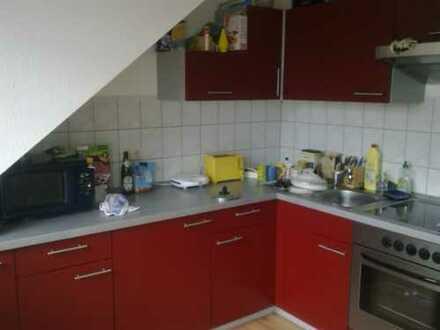 Kleine 2 Zi.-DG-Wohnung mit EBK, Balkon & Aufzug!