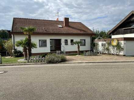 Gepflegtes Einfamilienhaus acht Zimmern (ggf. 2 Wohnungen) in Tiefenbronn