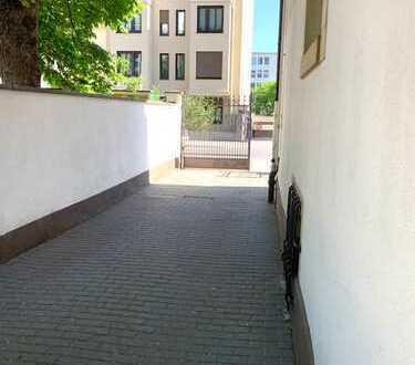 Toll ausgestattete, helle, großzügige 3-Zimmer-Wohnung in sehr gepflegtem Altbau mit Balkon
