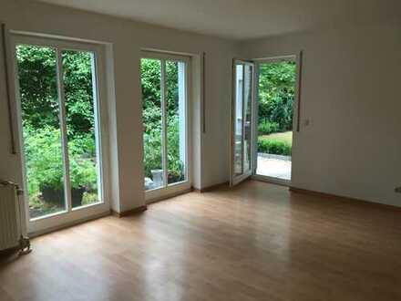HERRLICH RUHIG, GRÜN UND SEHR IDYLLISCH - Gepflegte 2-Raum Wohnung einer Neubauvilla, mit Terrasse