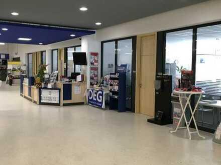 Zentrale Ausstellungsfläche, Lager, Halle mit Büro und Schulungsräumen
