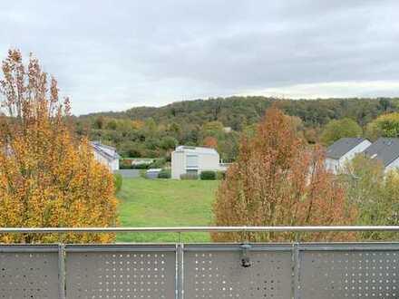 Helle und großzügige 3,5 Zimmer Wohnung mit 2 Balkonen und Aussicht ins Grüne