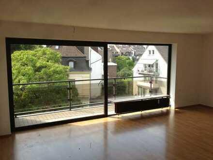Stilvolle, sanierte 4-Zimmer-Wohnung mit Balkon und Einbauküche in Düsseldorf