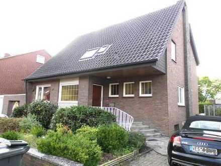 IMMOKONZEPT-NIEDERRHEIN: 2-Familienhaus--2 Garagen--viel Platz--Einbauküche--großer Garten...usw...