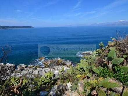 3.500 m² Baugrundstück mit direktem Zugang zum Meer in der angesehenen Gegend von Kassiopi.