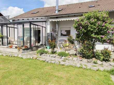 Teil modernisiertes Zweifamilienhaus mit Garten, Wintergarten und 2 Terrassen in begehrter Lage