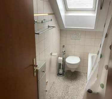 Zwei freie WG-Zimmer in Dachgeschosswohnung mit Einbauküche in Stuttgart Ditzingen