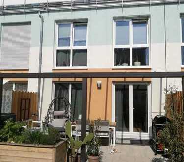 Top-Gepflegtes, neuwertig u. modernes RMH, mit Garten und Dachterrasse + Garage u. Stellplatz