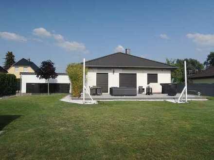 EFH im Bungalowstil, freistehend, große Terrasse, Carport, großzügiges Grundstück in ruhiger Lage