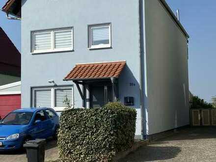 Moderne 4 Zimmer-Maisonette-Wohnung mit EBK, Terrasse und Garten, Feldrandlage