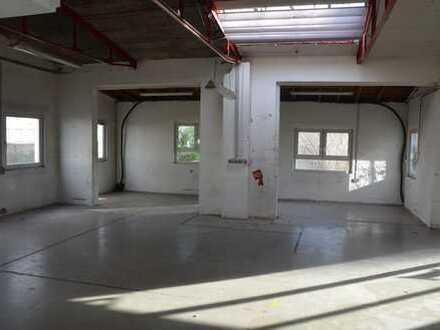 Lagerhalle / Halle mit Tageslicht in einem Gewerbehof