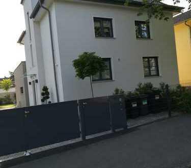 Stilvolle, neuwertige 3,5-Zimmer-Maisonette-Wohnung mit 40 m2 Terrasse und EBK in Darmstadt