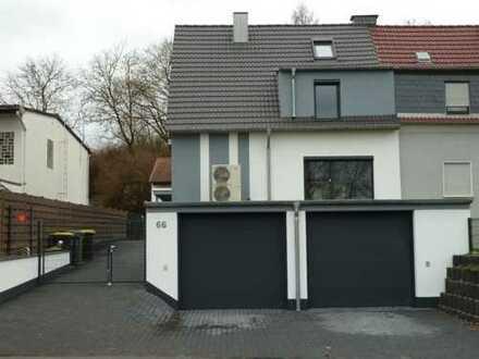 Schönes Einfamilienhaus mit großer Garage und Garten