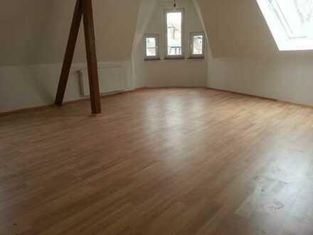 Ab 01.04.2019 Schöne 3 Z. 80 m² isolierte DG Wohnung mit Einbauküche, Diele und Bad.